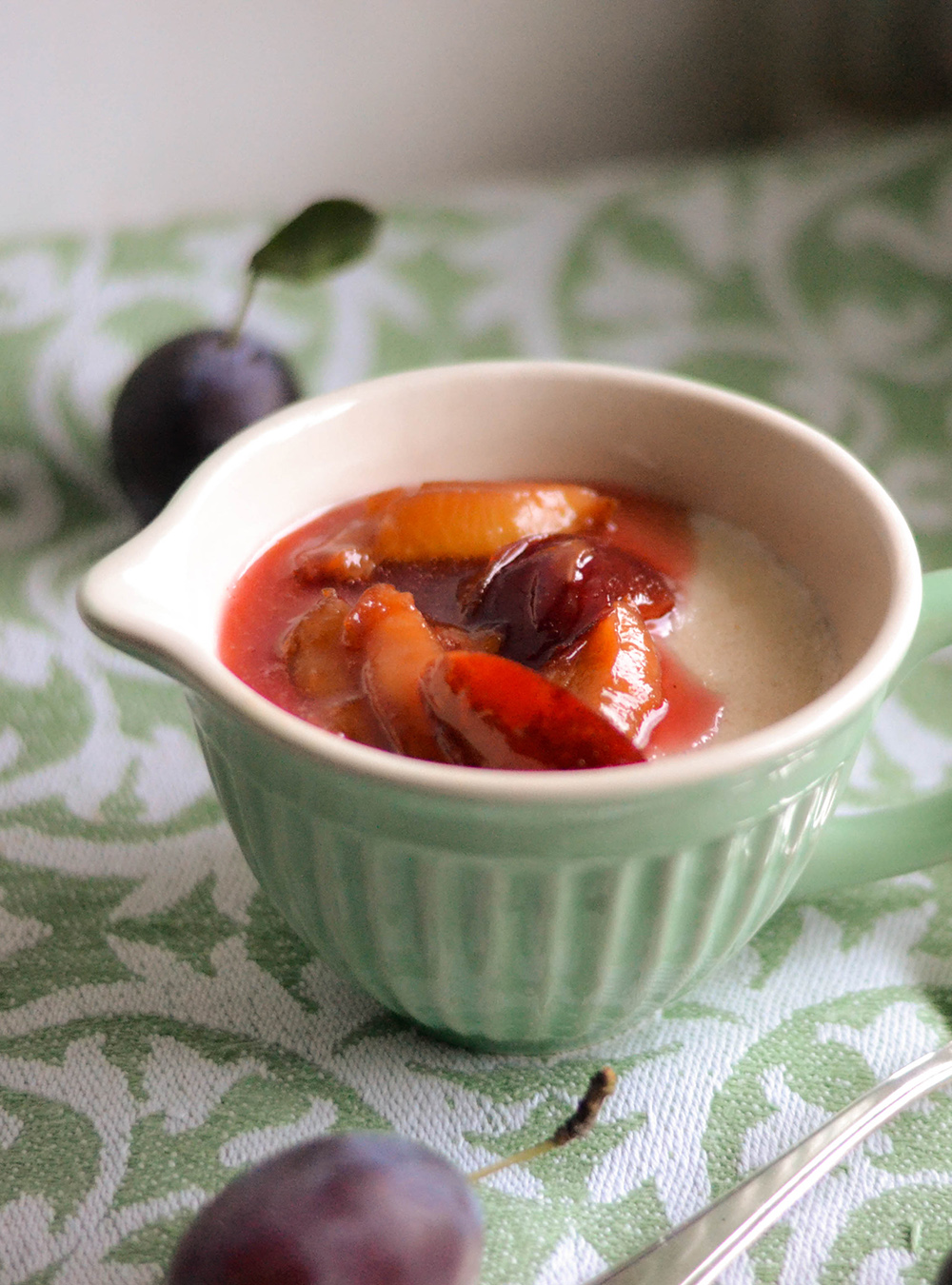 Zwetschgen-Kompott und Mandel-Grießbrei mit gerösteten Mandeln