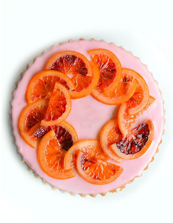 Blutorangen-Kuchen mit Blutorangensirup und kandierten Blutorangen