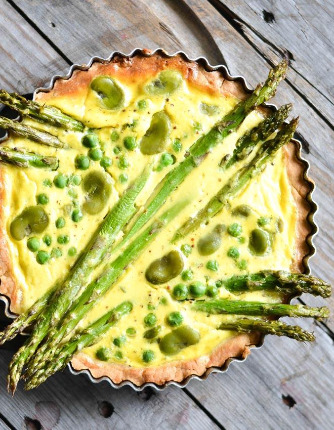 Tarte mit Grünem Spargel, Erbsen und grünen Bohnen -