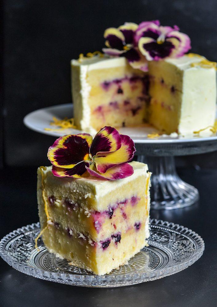 Triple Lemon Cake oder einfach: Zitronencremetorte. Luftiger Biskuitteig, Zitronencreme, Lemon Curd und Blaubeerfüllung mit essbaren Blüten