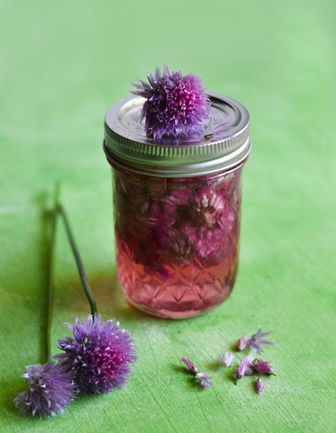 Schnittlauchblüten-Essig mit pikantem Aroma in Pink