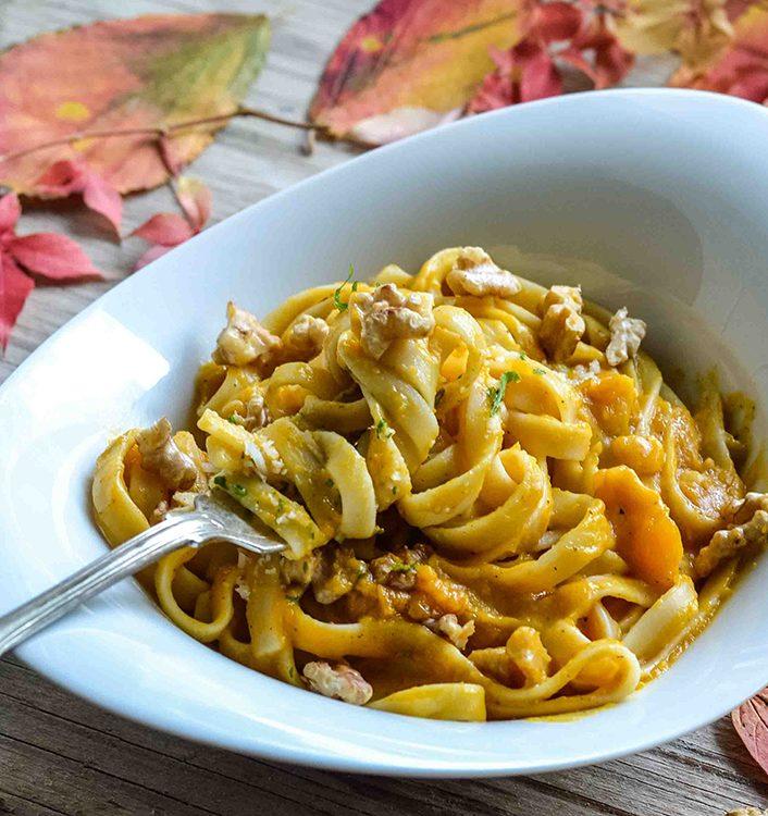 Pasta mit sehr cremiger Sauce aus Butternut-Kürbis, brauner Butter und Parmesan mit gerösteten Walnüssen