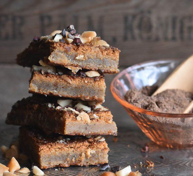 Chai Brownies mit Macadamianüssen nach einemRezept von Christian Hümbs sind für mich Weltklasse. Sehr viele Nüsse und wenig Schololade machen sie so saftig #brownies #macadamia #backen #rezept #weihnachten #schokolade #nüsse #advent #herbst #chai