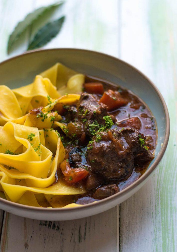 Toskanisches Wildschwein Ragout, Ragu di Cinghiale, Zartes Fleisch in sensationeller Sauce - Rezept für ein ganzhahrestaugliches Wildgericht aus Italien #wildschwein #wildragout #wildgericht #rezept