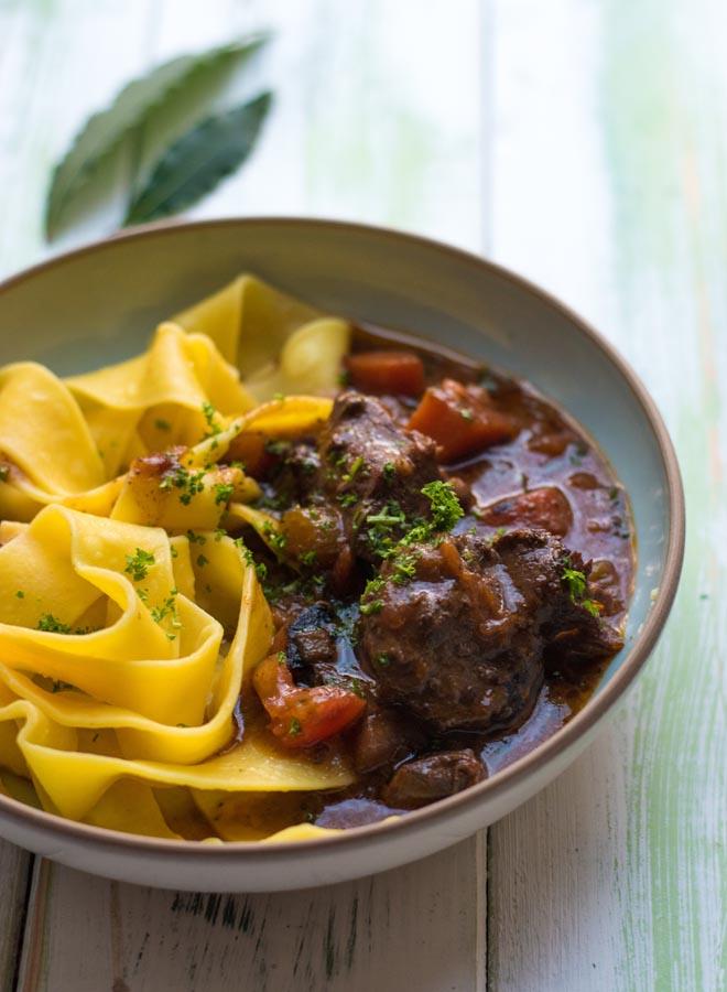 Toskanisches Wildschwein Ragout, Ragu di Cinghiale, Zartes Fleisch in sensationeller Sauce - Rezept für ein ganzjahrestaugliches Wildgericht aus Italien #wildschwein #wildragout #wildgericht #rezept