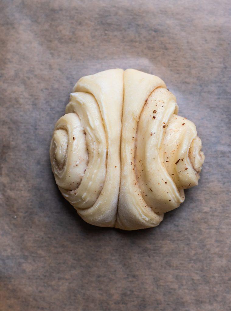 Original Hamburger Franzbrötchen - gewendet und gedrückt für die typische Optik. Zimt und Butter machen es kross und blättrig. Rezept für das Original #franzbrötchen #hamburg #rezept #plunderteig