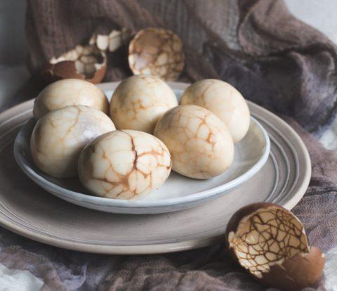 Chinesische Tee Eier mit Sojasauce und 5 Gewürzen