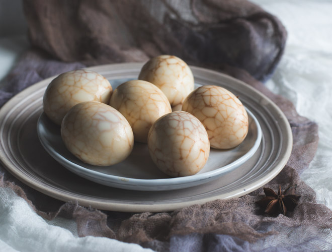 Chinesische Tee Eier mit Soyasauce und Gewürzen