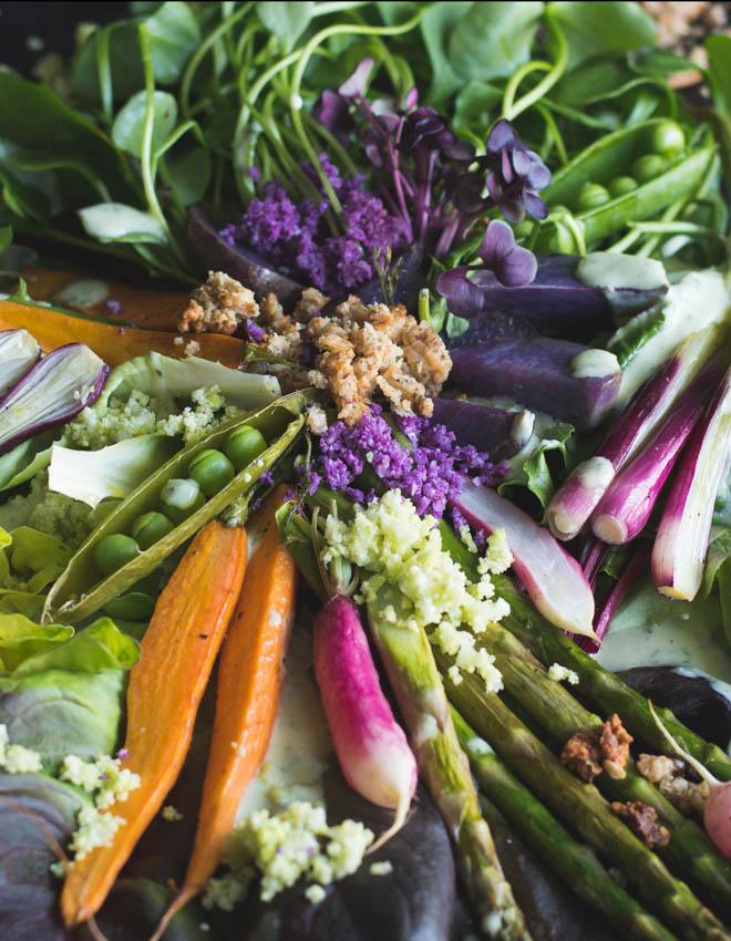Frühlingsernte Salat mit Cheese Granola und Blumenkohlbrösel