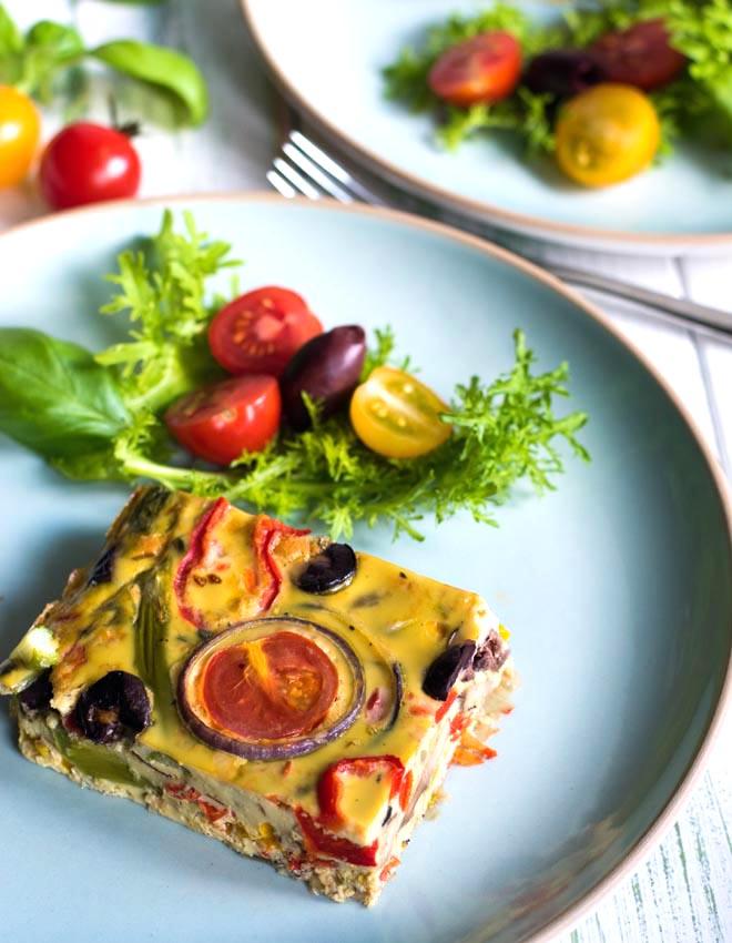 ITALIENISCHE FRITTATA MIT BUNTEM GEMÜSE Mediterrane Ofen-Frittata in Geschmack und Farbe des italienischen Sommers