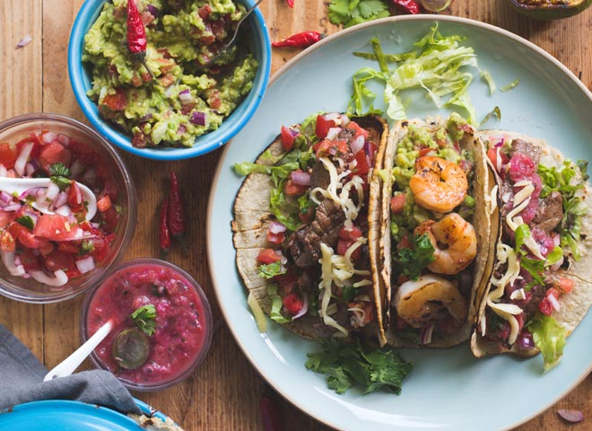 Tacos mit Garnelen, Rindfleisch und 3 Salsas