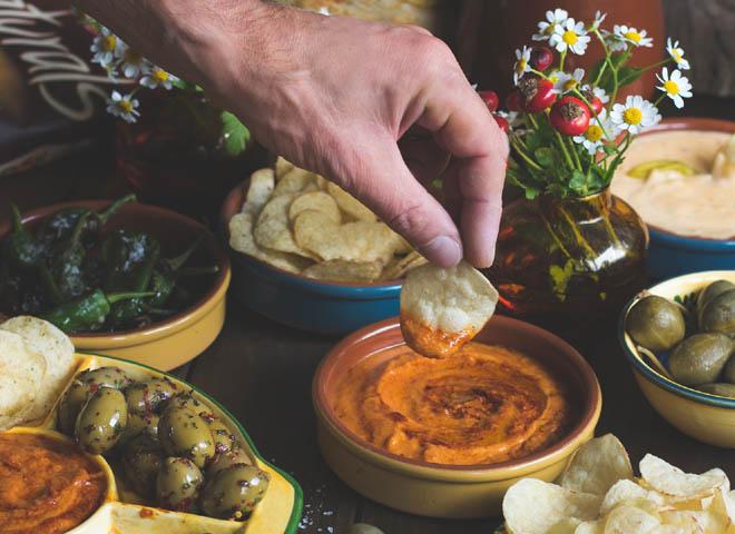 Fixer Tapas-Abend mit Naturals, Pimientos de Padrón, Mojo Rojo und Käse-Dip