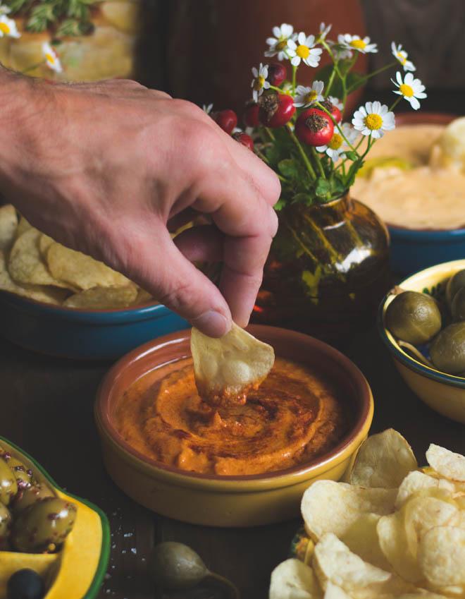 Mojo Rojo und Käse-Dip - Fixer Tapas-Abend mit Naturals, Pimientos de Padrón- Lustigen Snack-Abend mit spanischen Tapas und Chips #tapas # mojorojo #pimientosdepadron #rezept