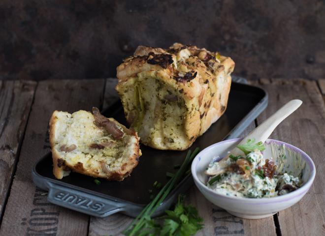 Zupfbrot mit Frischkäse und Kräuterbutter - Zuck-Zuck Party-Klassiker - Pull Apart Bread, Ziehharmonika-Brot mit Kräuterbutter und Frischkäse