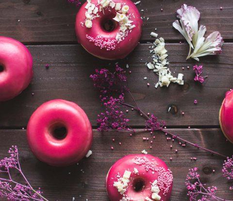 Brioche Donuts aus dem Backofen mit knallpinkem Granatapfelguss