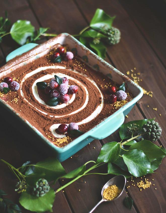 Himmlisches Spekulatius Tiramisu mit Beeren, Nüssen und Orange ist mindestens so gut wie das Original. Das Rezept ist perfekt für Weihnachten und Feste #weihnachten #rezept #tiramisu #spakulatius #dessert
