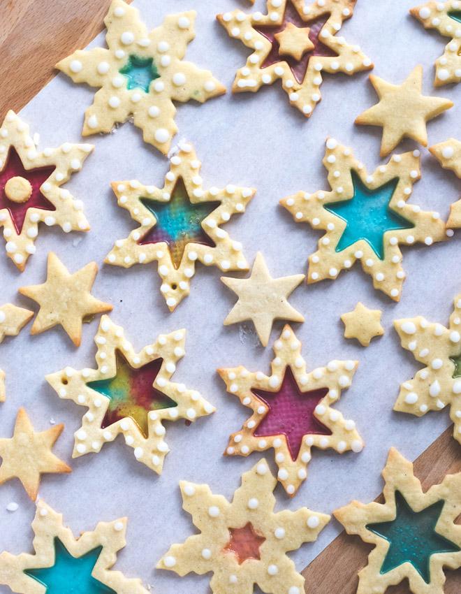 Buntglas Plätzchen - Stained Glass Cookies - rezept für Mürbeteig Plätzchen mit buntem Glas aus geschmolzenen Bonbons