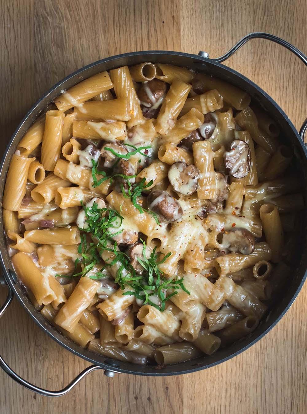 Cremige One Pot Pasta mit Pilzen, karamellisierten Zwiebeln und nach Wunsch im Ofen überbacken, Pastagericht, Pilzgericht #onepotpasta #onepot #pastagericht #rezept #pilzgericht