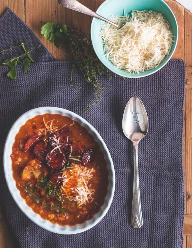 Dicke Tomaten Linsen Suppe mit Chorizo und Parmesan