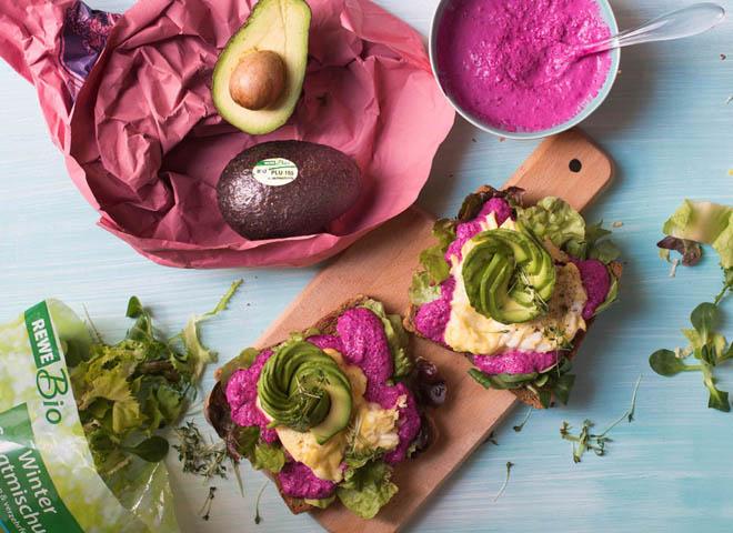 Sandwich mit Avocado, Ei und Rote Bete-Quark