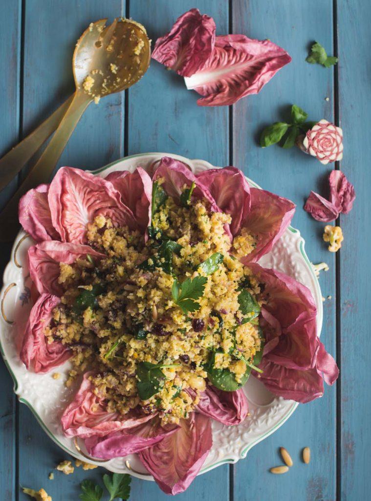 Salat aus geröstetem Blumenkohlreis mit Nüssen und rosa Radicchio
