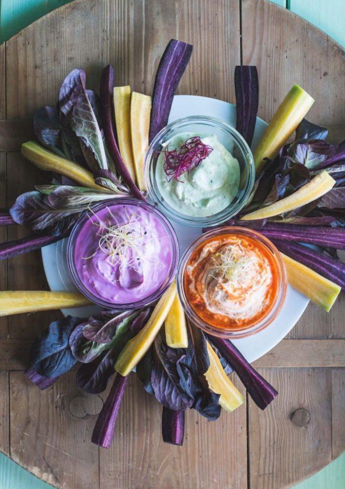 Blitzschnelle Sour Cream Dip Variationen aus ganz wenig Zutaten - Rezepte mit Rote Bete, Paprika und Bärlauch zu Fleisch oder Gemüse und als Aufstrich