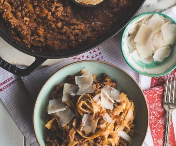 Ragù alla Bolognese - ein langsam geschmortes original aus Bologna nach Marcella Hazan. Hier eine mit drei Sorten fleisch unfassbar gute Sauce Bolognese #pasta #bolognese #ragu #rezept #italienischeküche