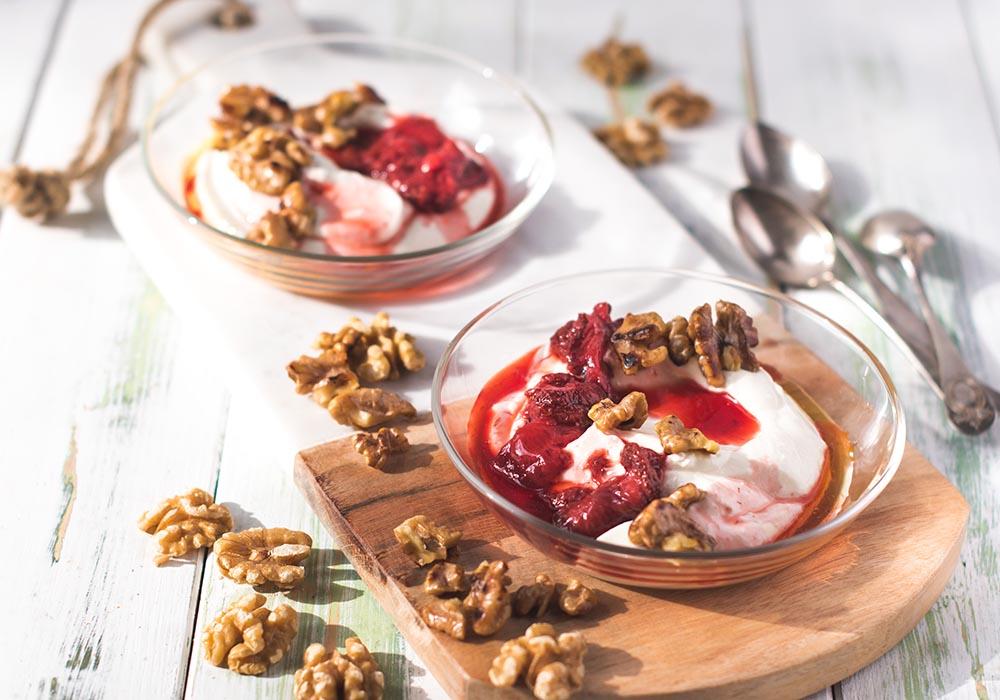 Geschlagene Honig-Ricottacreme mit ofengerösteten Erdbeeren und Walnüssen aus Kalifornien