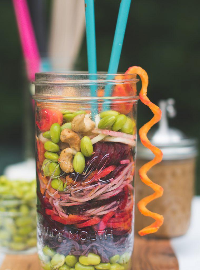 Asia Nudelsalat im Glas mit einem fantastischen Sesam Ingwer Dressing