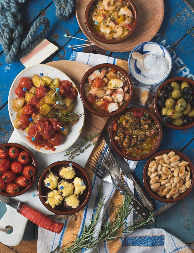 Genial einfacher Tapas Abend mit Frutti di Mare, Patatas Bravas, gebackenen Pilzen und Salzmandeln - Fiesta wie in Spanien #tapas #salzmandeln #patatasbravas #rezept