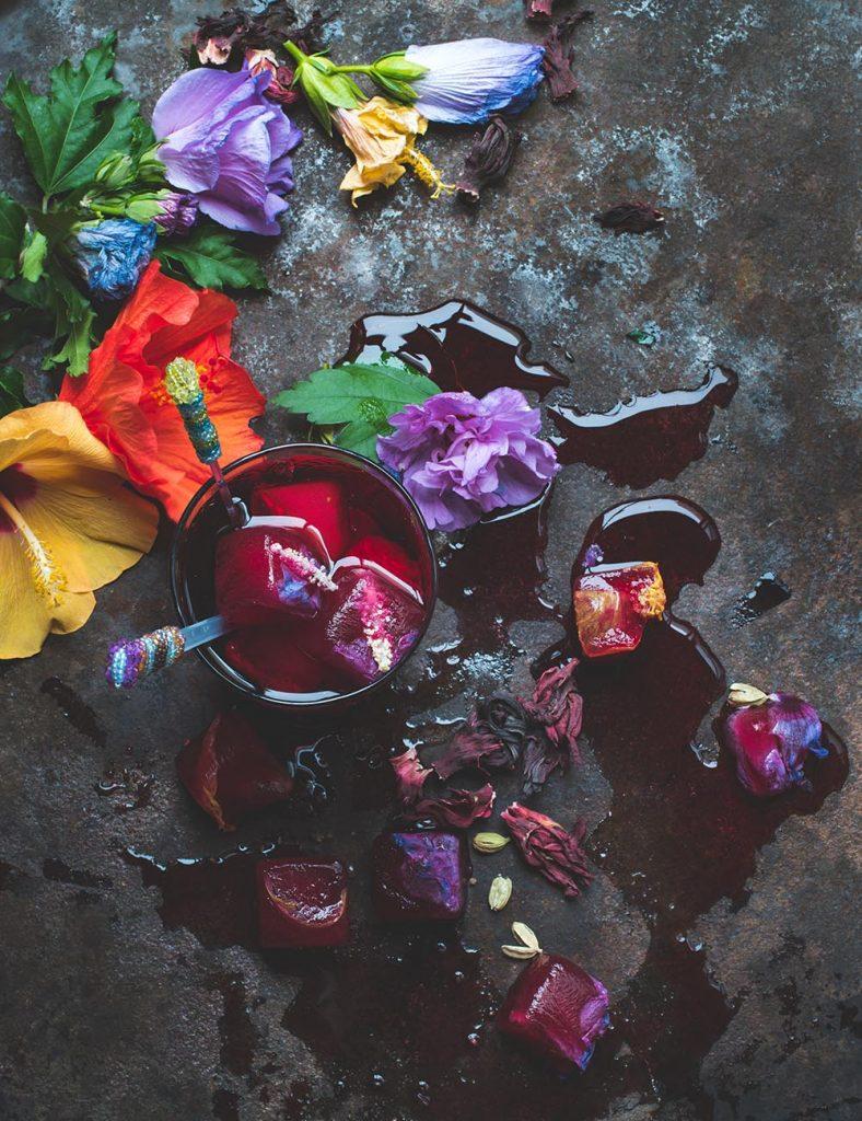 Hibiskustee mit Kardamomsirup und Hibiskusblüten-Eiswürfeln
