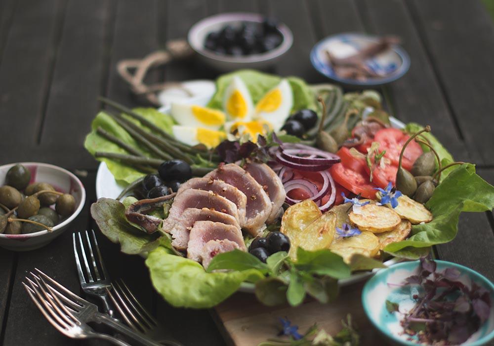 Salade Niçoise - Rosa gebratener Thun und französisches Glück an einem Sommerabend. - s-Küche