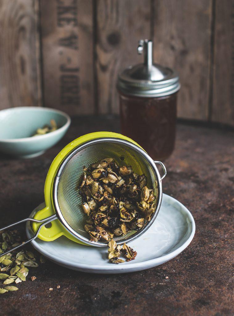 Kardamom Sirup - meine 1001 Nacht Allzweckwaffe - Rezept für ein tolles Aroma für Eis, Desserts, Kuchen, Frühstück, Bowls und Drinks #rezept #kardamom #frühstück #drink