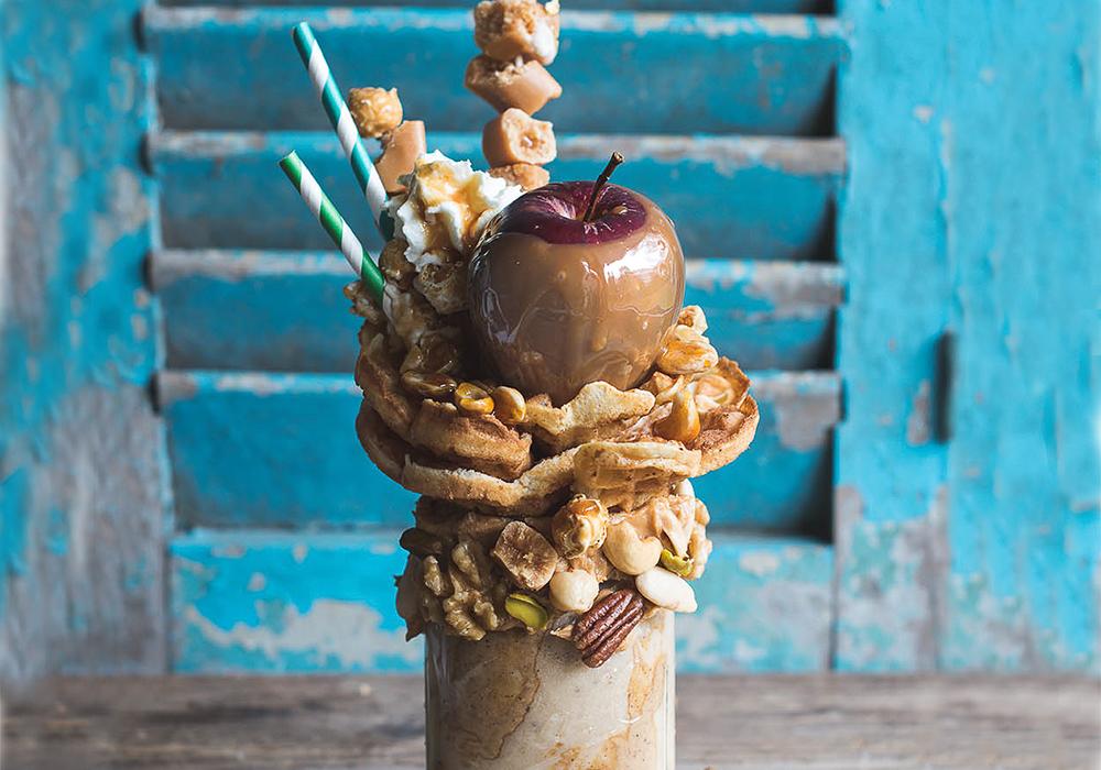 Caramel Apple Freakshake mit Waffeln und Nüssen