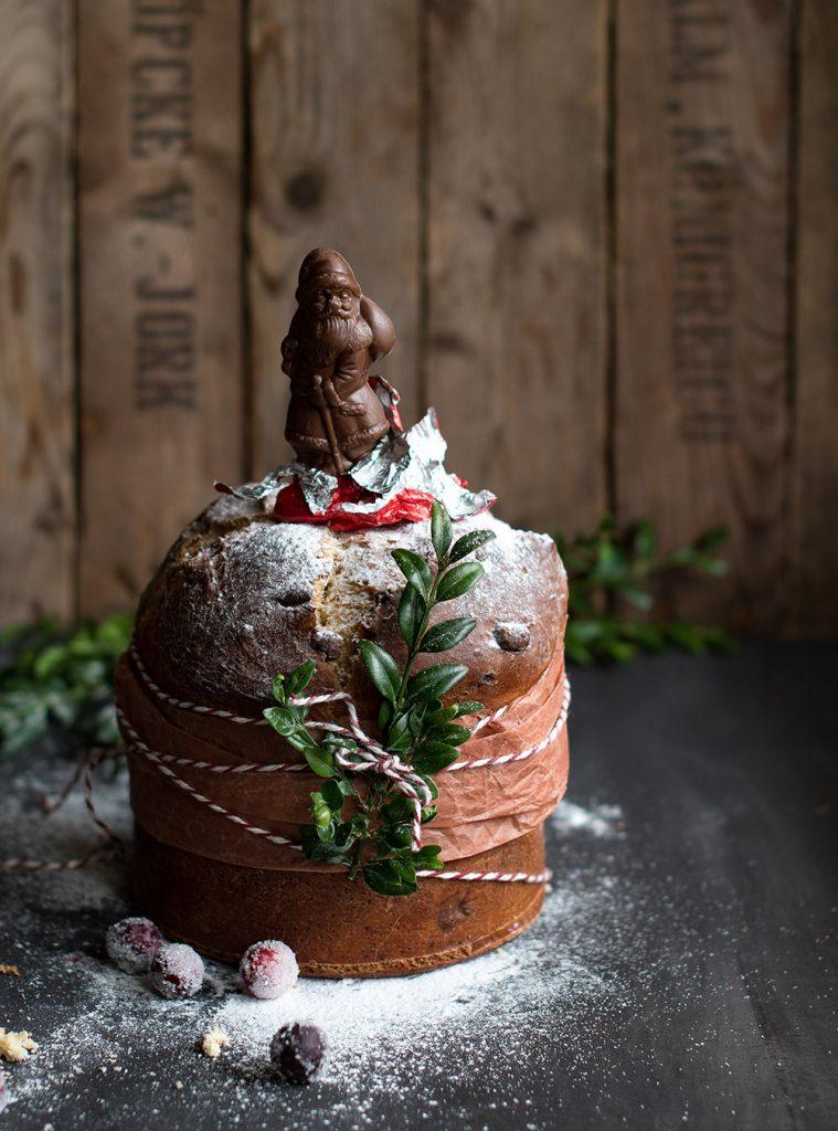 Italienischer Panettone mit Cranberries und Schokolade