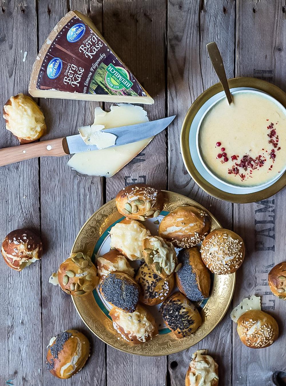 Tiroler Bergkäse und Laugenkonfekt und meine Reise zum Käsekaiser in Österreich. Fixes Laugengebäck mit Bergkäse, Sesam und Mohn und Käsedip #bergkäse #laugengebäck #rezept #bretzelbites