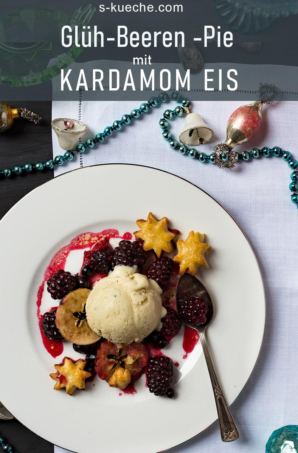 Glüh-Beeren-Pie mit Kardamom Eis. Rezept für festliches Dessert mit Glühwein Aroma. Auf warmen Beeren schmilzt köstliche Eiscreme #dessert #rezept #weihnachten #kardamom #glühwein
