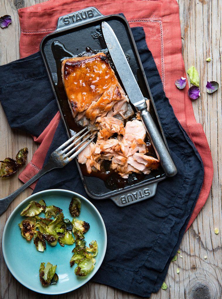Wintersalat mit gerösteten Rosenkohlblättern und Pulled Lachs - Saisonal schmeckt's besser!