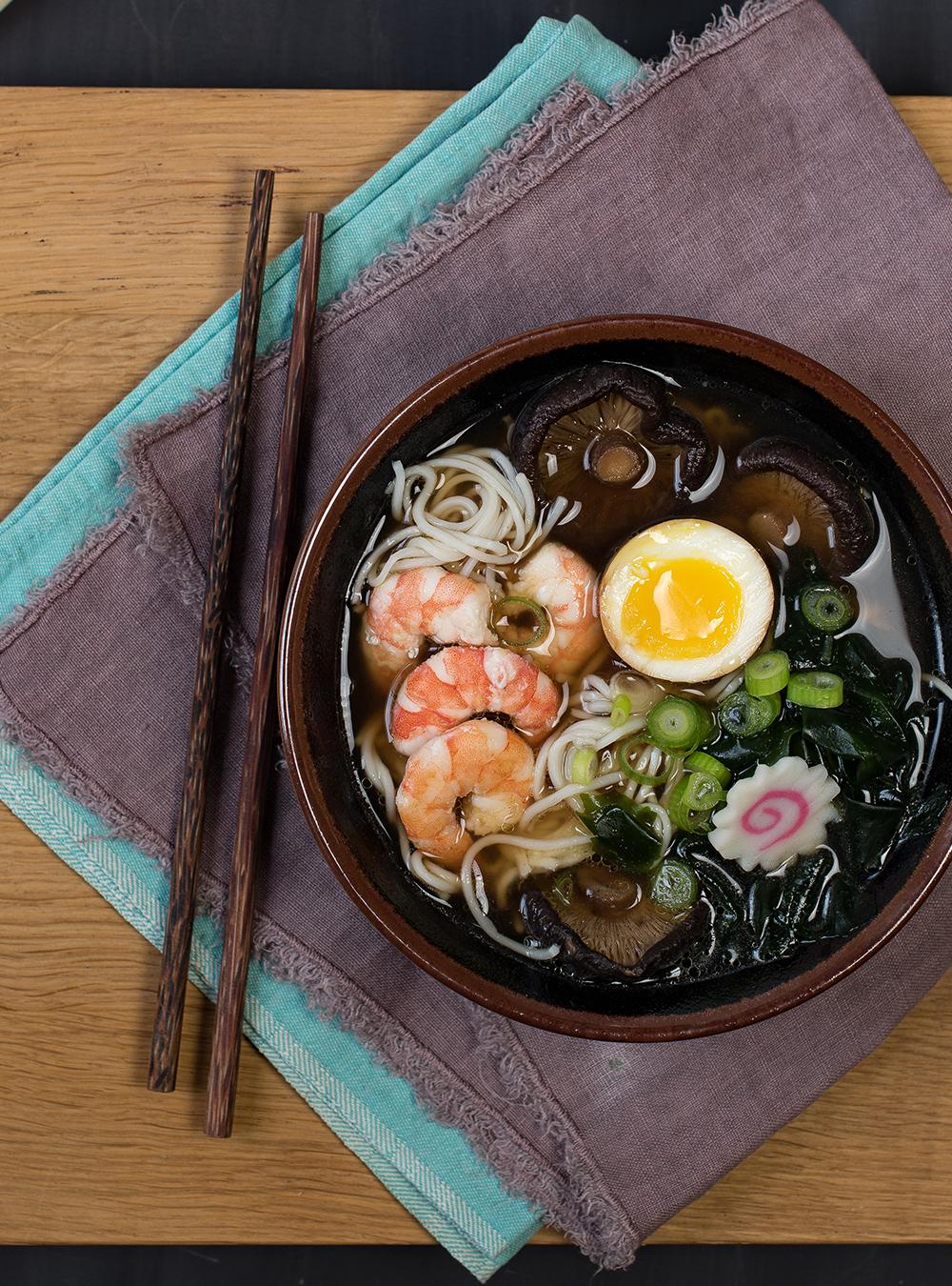 Shio Ramen mit Garnelen - Meine Japanische Küche - Rezept und Rezension. Fantastisches Ramen Suppen Rezept aus Japan nach Stevan Paul mit viel Umami. #ramen #ramensoup #rezept #japanischeküche