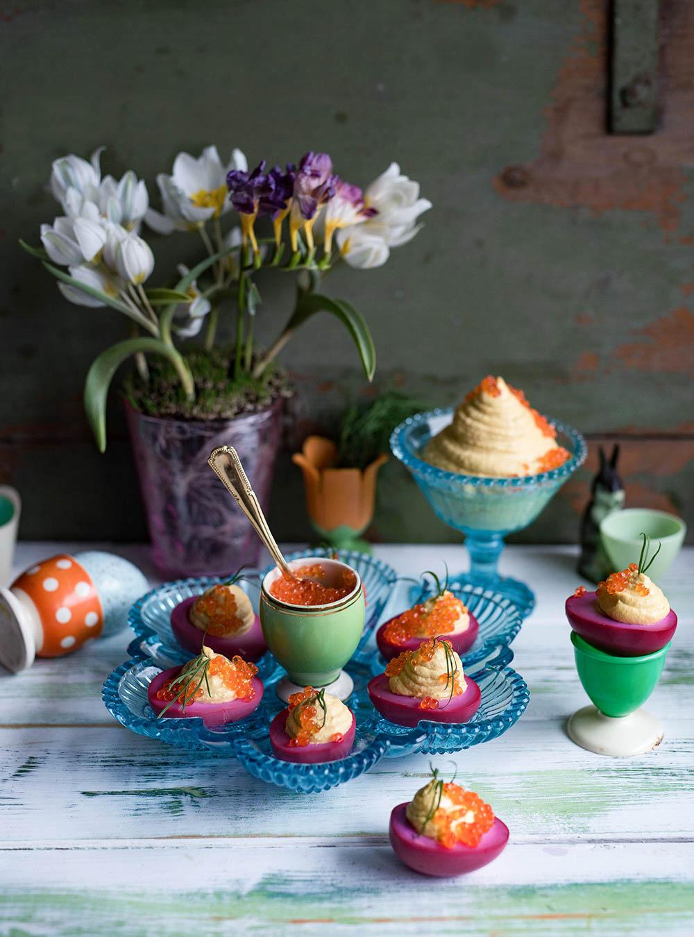 Deviled Eggs - Pinke gefüllte Eier mit Meerrettichcreme und Forellenkaviar
