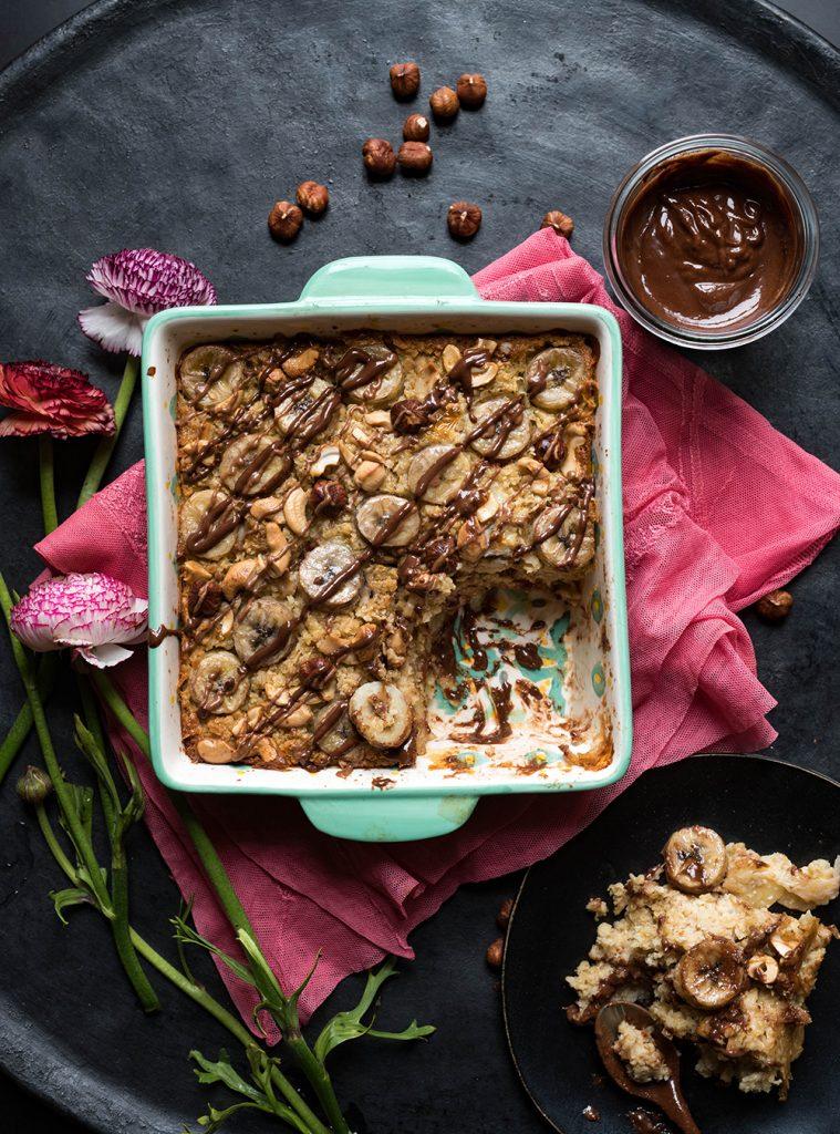 Frühstücksauflauf mit Hafer, Banane und Nougat - Banana Nutty Chocolate Baked Oatmeal. Rezept für Auflauf mit Haferflocken. Gesund, knackig, lecker #frühstück #bakedoats #oatmeal #haferflocken #rezept #hafer #porridge