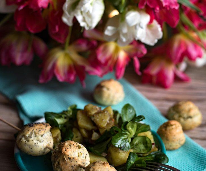 Rezept für luftige Bergkäse Bällchen mit Erdäpfel Vogerlsalat aka Kartoffel-Feldsalat und Winterspaß in Söll in Tirol