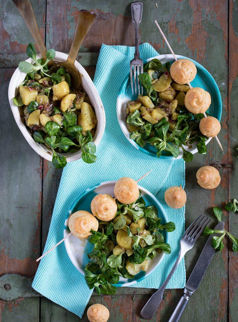Bergkäse Bällchen mit Erdapfel Vogerlsalat aka Kartoffel-Feldsalat - Gougères