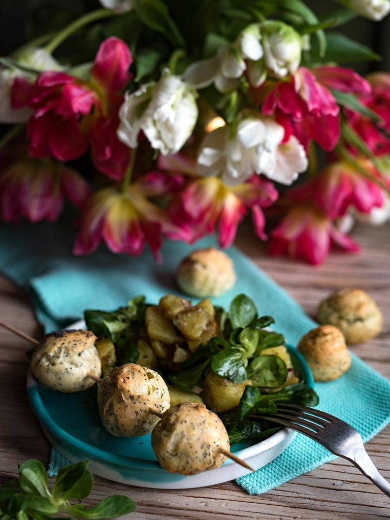 Bergkäse Bällchen mit Erdapfel Vogerlsalat aka Kartoffel-Feldsalat