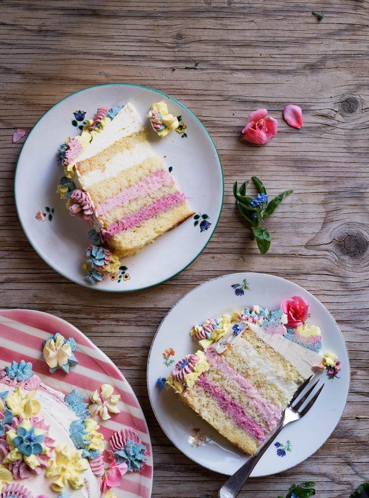 Half Naked Cake mit fruchtigen Cremes und Frühlingsblüten