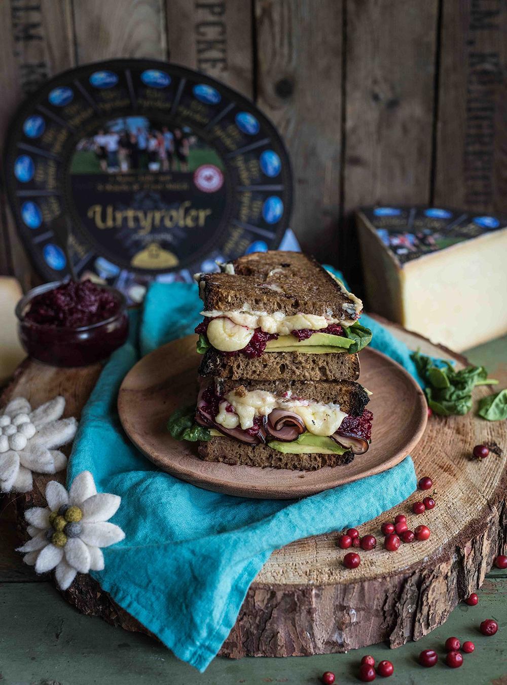 Herzhaftes Bergkäse Sandwich mit Preiselbeer-Chutney