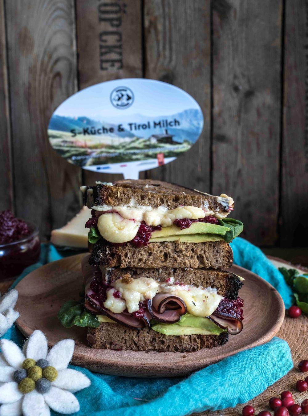 Bergkäse Sandwich mit Preiselbeer Chutney