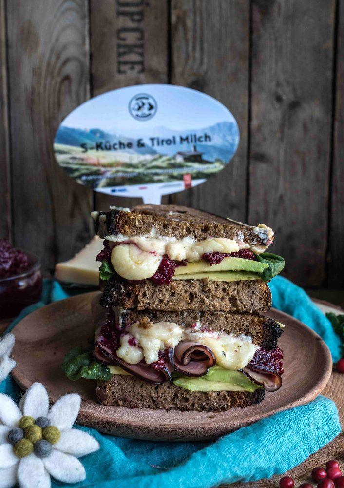Bergkäse Sandwich mit Preiselbeer-Chutney