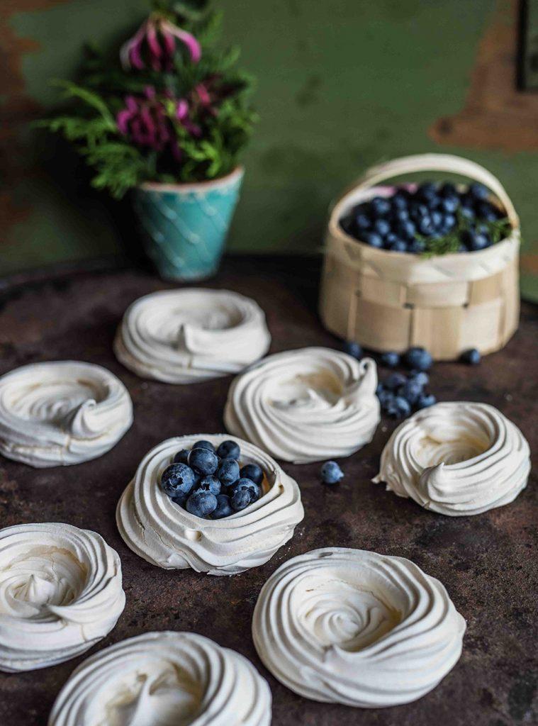Mini Pavlova mit Nougatsahne, Blaubeeren und Brombeeren - Innen weicher, außen knuspriger Baiser mit sahniger Füllung und Beeren als Kuchen und Dessert