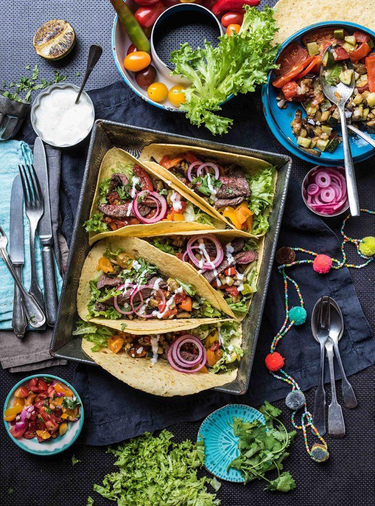 Tacos mit Sommergemüse und Steakstreifen - ofengeröstete Ratatouille vom Blech - Reife sommerfrüchte, Tomaten, Auberginen, Zucchini mexikanisch gewürzt